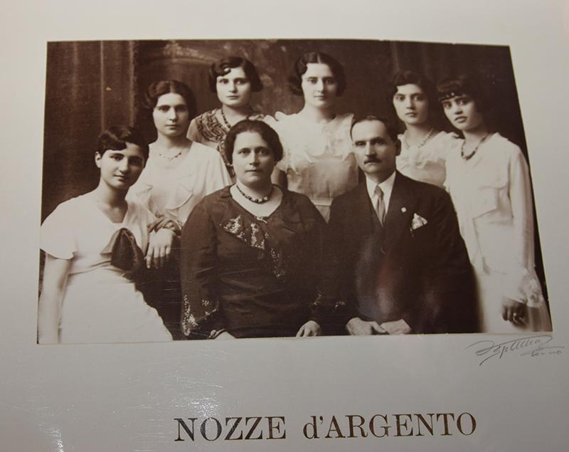 Vittoria, la terza da sinistra, con sorelle, mamma e papà