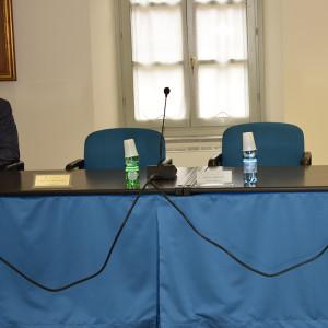 Le due sedie vuote dei consilieri del M5S Alessandro Caparelli e Daniele Franco
