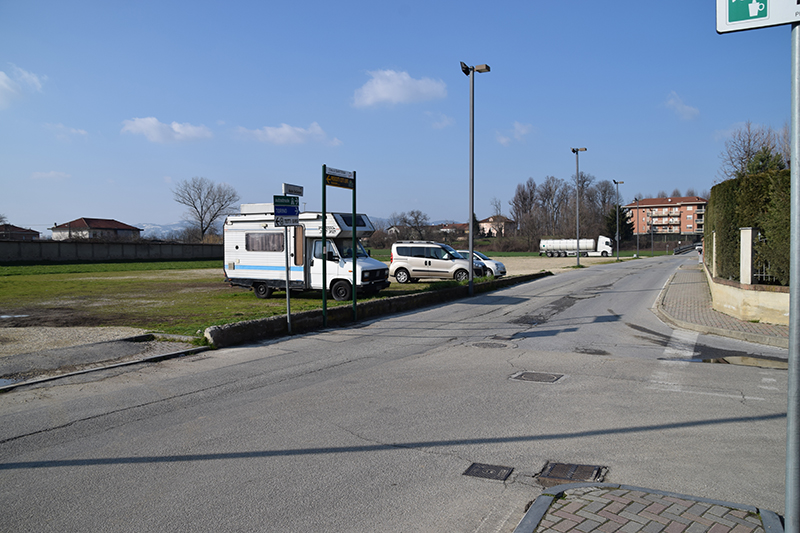 Piazza lungo via De Gasperi