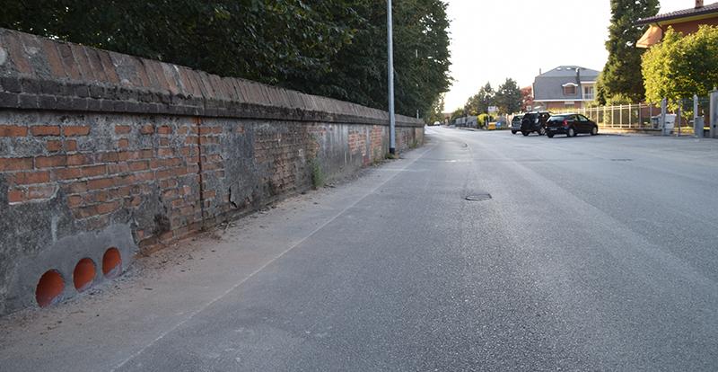 Via Tetti Agostino con i canali di drenaggio praticati nel muro del parco cavou